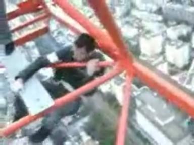 Monter sur une grue à 200m de haut pour faire le malin mais...